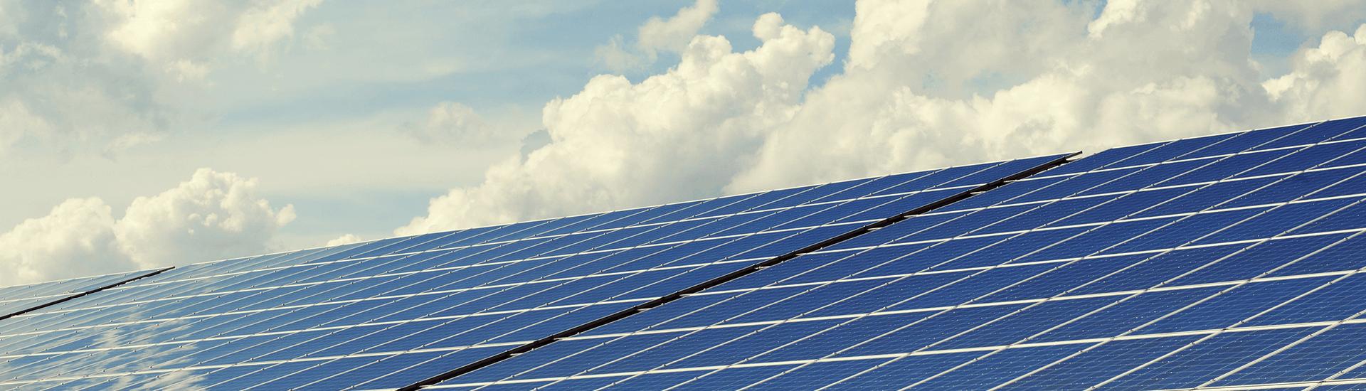 Paneles solares reciben energía solar para casa y negocio
