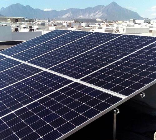 Instalación en casa residencial de paneles solares