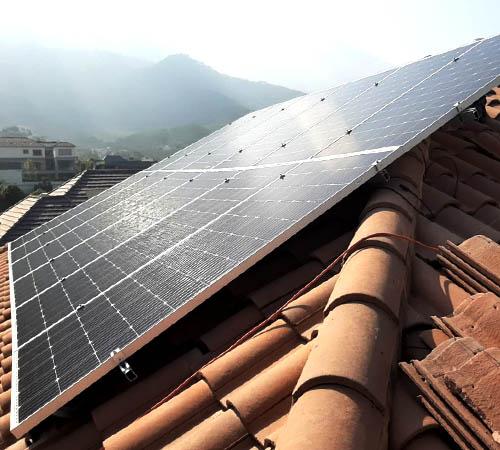 Instalación de paneles solares sobre casa en Monterrey