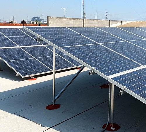Instalación de paneles solares en comercio de Monterrey