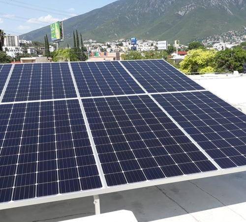 Paneles fotovoltaicos sobre hogar residencial