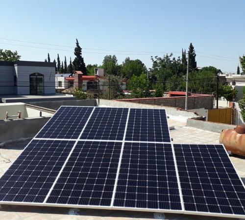 Paneles solares sobre techo de casa en Monterrey