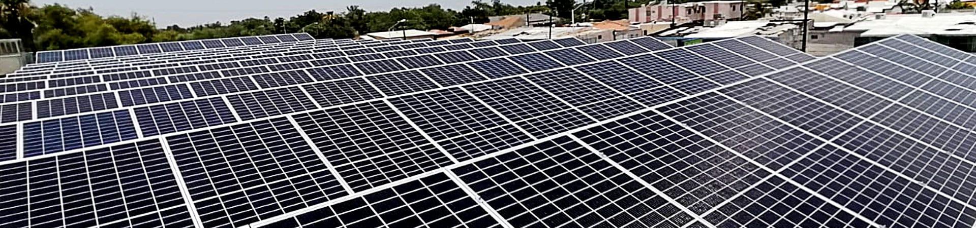 Paneles solares instalados en tienda por Starsol